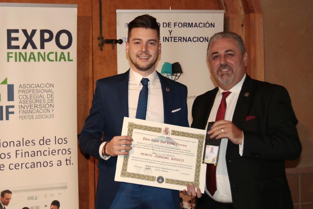 Fernando Lara, Director de Peritos Judiciales de AIF entrega el diploma a los nuevos peritos judiciales, entre los que se encuentran algunos Leridanos.